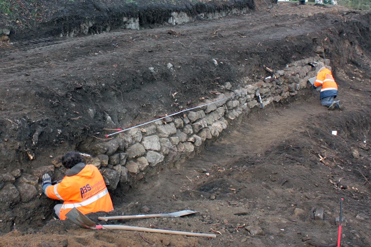 Präparation der Hangstützmauer.